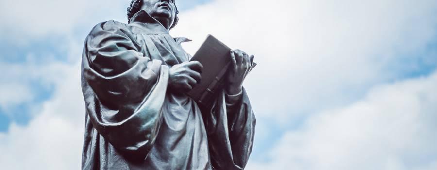 """""""Luther"""" in Anzug und Kapuzenpulli"""
