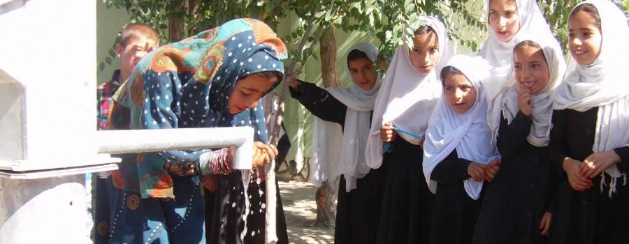Kirchen-Kicker aus 13 Nationen stiften den 150. Brunnen für Afghanistan